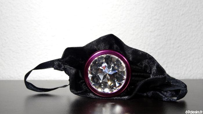 Le plug avec cristal swarovski en train de sortir de sa pochette
